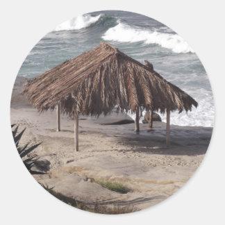 Choza en la playa etiquetas redondas