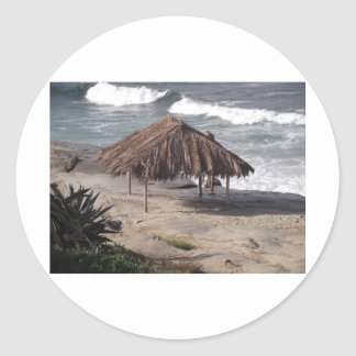 Choza en la playa pegatina redonda