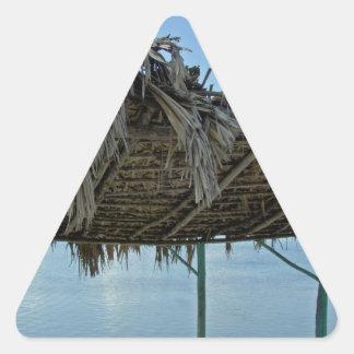 choza tropical de la playa pegatina triangular