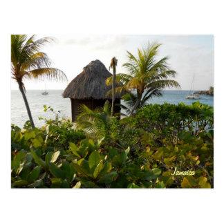 Choza y palmeras de Tiki por el mar Negril Jamaica Postal
