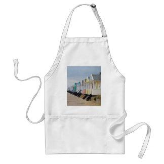 Chozas brillantemente pintadas de la playa delantal