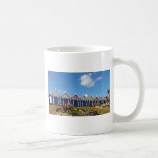 Chozas británicas tradicionales de la playa taza básica blanca