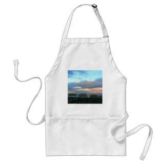 Chozas de la playa en la puesta del sol en delantal