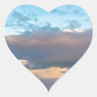 Chozas de la playa en la puesta del sol en pegatina en forma de corazón