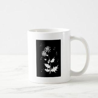 Chrisantemum blanco, fondo oscuro, notas taza de café