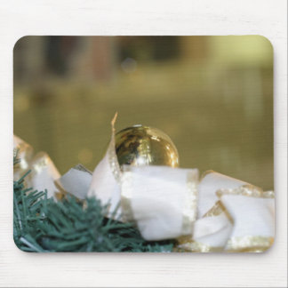 Chuchería de oro del navidad con la cinta blanca alfombrilla de ratón