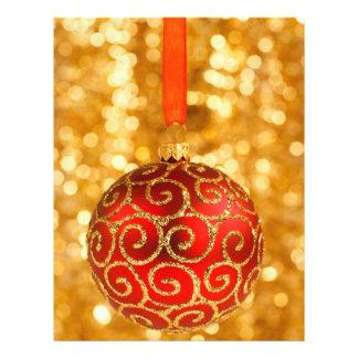 Chuchería roja del navidad con un modelo del tarjeton