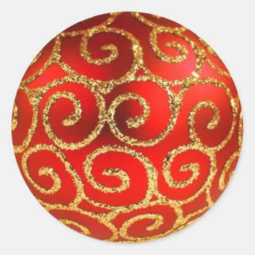 Chuchería roja del navidad en el oro pegatina redonda