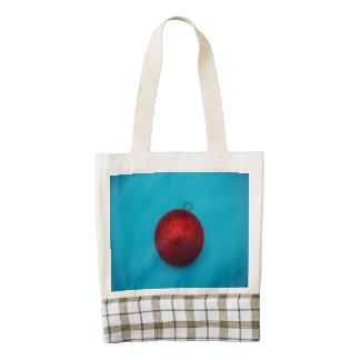 Chuchería roja del navidad en un fondo azul bolsa tote zazzle HEART