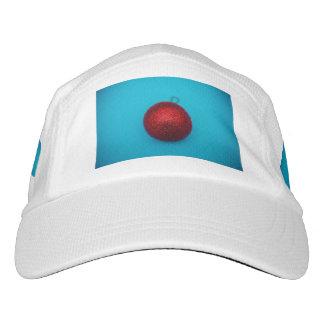 Chuchería roja del navidad en un fondo azul gorra de alto rendimiento