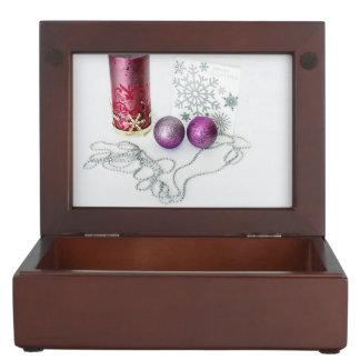 Chucherías del navidad, vela y una tarjeta de caja de recuerdos