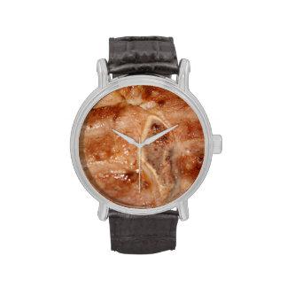 Chuleta de cerdo asada a la parrilla con imagen de reloj de mano