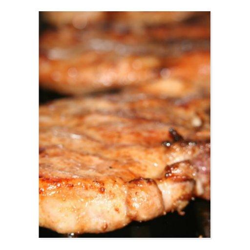 Chuletas de cerdo asadas a la parrilla en el cierr postales