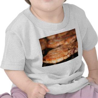 Chuletas de cerdo asadas a la parrilla en el camiseta