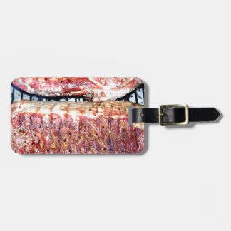 Chuletas de cerdo del cerdo en la parrilla etiqueta de equipaje