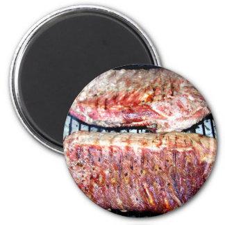 Chuletas de cerdo del cerdo en la parrilla imán redondo 5 cm