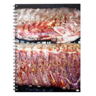 Chuletas de cerdo del cerdo en la parrilla libreta espiral