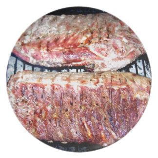 Chuletas de cerdo del cerdo en la parrilla platos