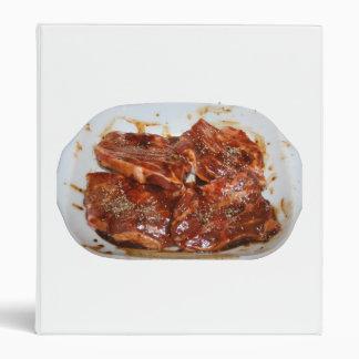 Chuletas de cerdo en la fotografía blanca del plat