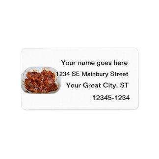 Chuletas de cerdo en la fotografía blanca del plat etiqueta de dirección
