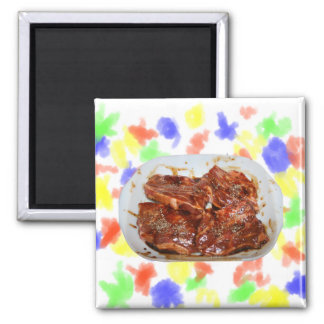 Chuletas de cerdo en la fotografía blanca del plat imán cuadrado