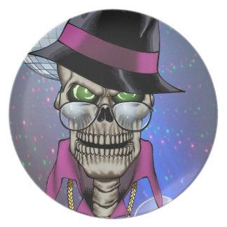 Chulo del cráneo con el gorra, los vidrios, la cad plato de cena