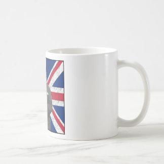 Churchill que presenta con la bandera británica tazas de café