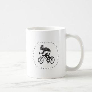 Ciclista de la mujer taza de café