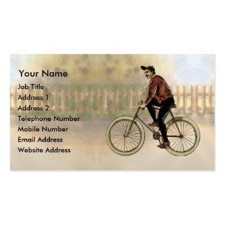 Ciclista del vintage en el país plantilla de tarjeta de visita