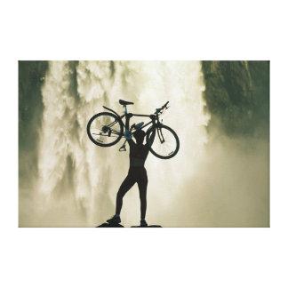 Ciclista delante de la cascada impresión en tela