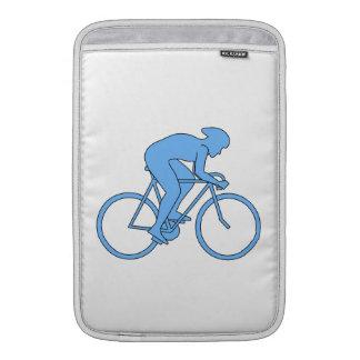 Ciclista en una raza. Azul Funda Para Macbook Air