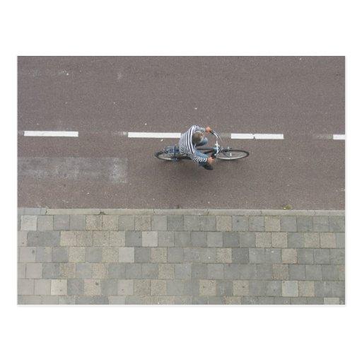 Ciclista holandés en la calle desde arriba de la t tarjeta postal