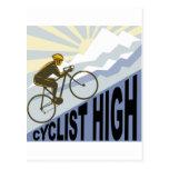 Ciclista que compite con la bici encima del estilo postal