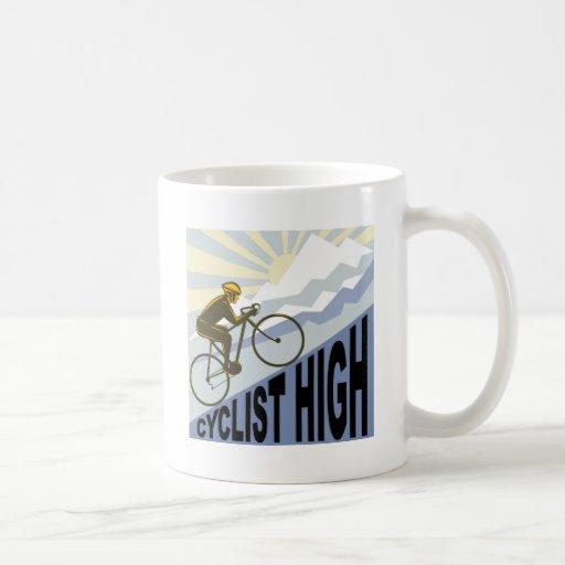 Ciclista que compite con la bici encima del estilo tazas de café