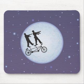 Ciclistas de la apocalipsis de los zombis en amor mouse pads