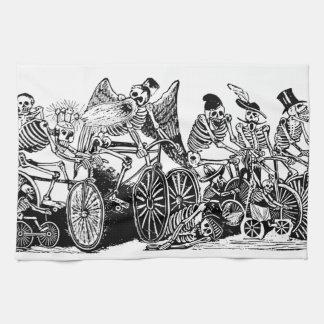 Ciclistas esqueléticos de José Guadalupe Posada Toallas De Mano