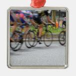Ciclistas que compiten con coloridos adorno para reyes