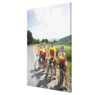 Ciclistas que presentan en la carretera nacional impresión en tela