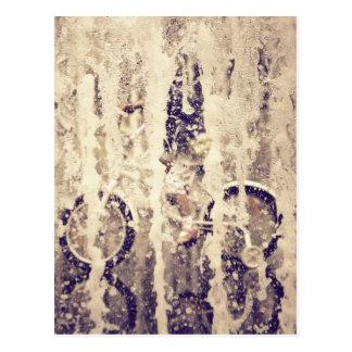 Ciclo en la lluvia tarjeta postal