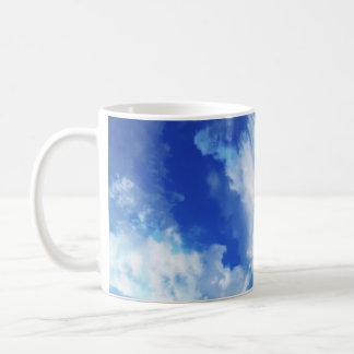 Cielo abstracto vibrante taza básica blanca