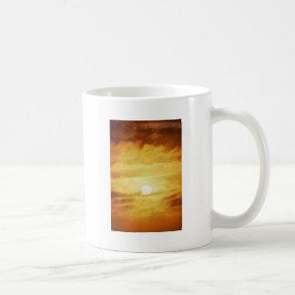 Cielo amarillo nebuloso taza