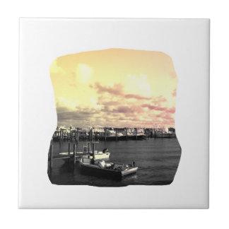 Cielo amarillo y rosado de la foto del puerto depo tejas  cerámicas