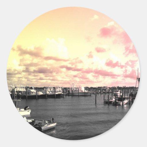 Cielo amarillo y rosado de la foto del puerto pegatina redonda