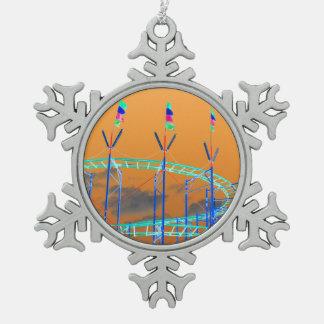 cielo anaranjado invertido de la montaña rusa adorno de peltre en forma de copo de nieve