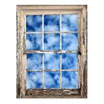 Cielo azul a través de la ventana postales