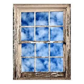 Cielo azul a través de la ventana postal