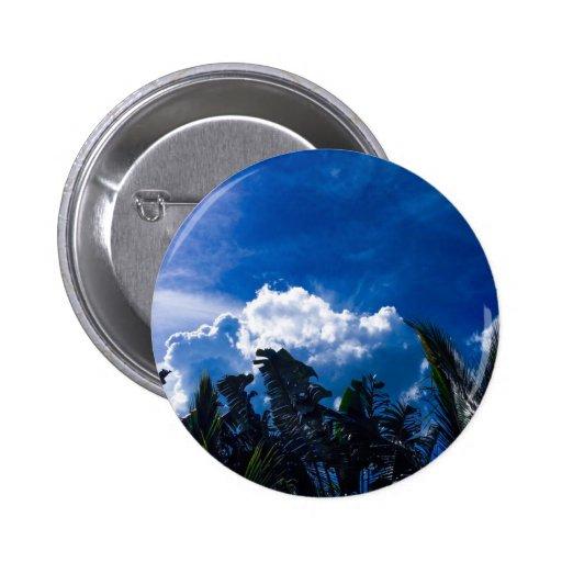 Cielo azul brillante con las nubes pin