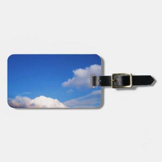 Cielo azul claro y etiquetas blancas del bolso de  etiquetas maleta