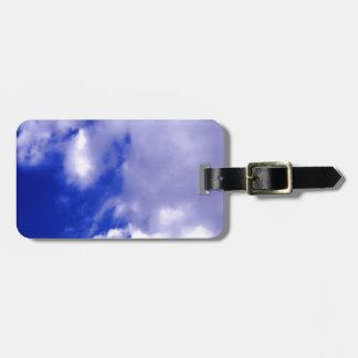 Cielo azul claro y etiquetas blancas del bolso de  etiquetas maletas