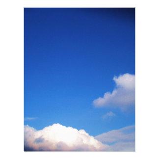 Cielo azul claro y nubes blancas membrete